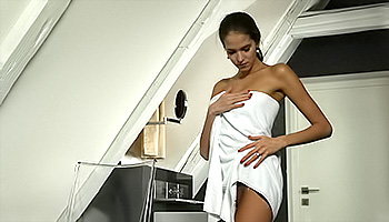 Silvie Deluxe - Tanned slut get funky with her slit in a tub