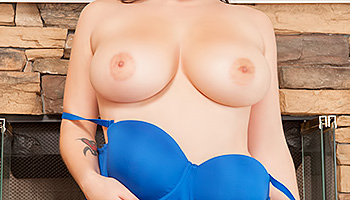 Noelle Easton - Hot lady with huge tits rubs her tiny shaved snatch