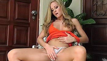 Sicilia - A sexy blonde with nice tits fingers her juicy cunt